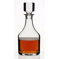 A classic crystal glass decanter that brings out the flavours of whisky, brandy, fortified wines and dark spirits. The neck is designed so it perfectly fits your hand grip to enable easy pouring. This stopper is ground by hand for an airtight seal.