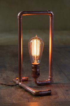 Here's how to make a copper pipe lamp in no time. An excerpt from a new DIY book by Asa Christiana, available now. Industrial Light Fixtures, Industrial Lighting, Interior Lighting, Industrial Pipe, Diy Pipe Light Fixture, Industrial Design, Diy Floor Lamp, Licht Box, Copper Lamps