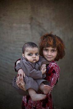 Beleza trágica de crianças denunciam a estupidez da violência e da intolerância