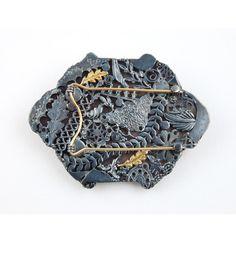 Rebecca Hannon, brooch: rooftops (back side), 2004 - Plexiglas, foto, silver, gold
