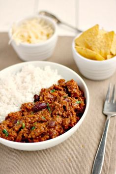 A mild (suitable for kids) Slow Cooker Chilli Con Carne recipe. No browning required so just chuck it all in your slow cooker and switch on. Slow Cooker Recipes Uk, Healthy Slow Cooker, Healthy Low Carb Recipes, Beef Recipes, Cooking Recipes, Recipies, Slow Cooker Mince, Slow Cooker Ground Beef, Slow Cooked Chilli