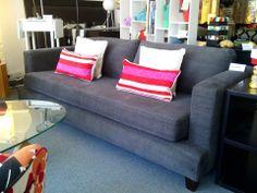 Sofá martillo 200x90 tapizado en idealist, con asiento de placa soft y patas de madera.