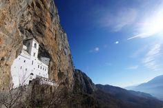 Il monastero di #Ostrog, popolare luogo di pellegrinaggio in #Montenegro preziosamente incastonato nella pietra