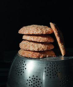 Από τη δεύτερη μεγαλύτερη κωμόπολη της Μαγιόρκα, το Manacor, προέρχονται οι «αναστεναγμοί», αυτά τα τραγανά μπισκότα με άρωμα λεμονιού και κανέλας.
