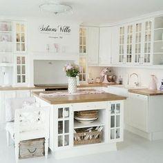 Para que sua cozinha pareça maior, aposte em armários abertos.