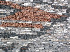 """Museo de Historia de Ningbo del arquitecto Wang Shu en Ningbo, China incorpora """"Wa Pan"""" en su exterior;  una técnica de construcción tradicional que utiliza fragmentos de material que se encuentra."""