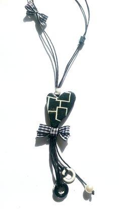 Collar en forma de corazón realizado con trasferencias realizada sobre arcillas poliméricas, tela vaquera, piezas esmaltadas y lazo de vichí, cordó...