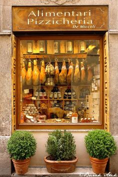 Charming shop front | #shop #shopping #Italy