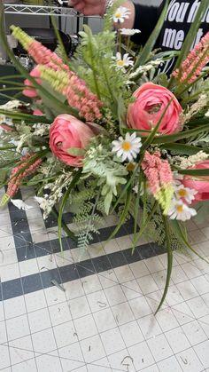 Flower Arrangement Designs, Artificial Floral Arrangements, Flower Arrangements Simple, Table Arrangements, Sola Flowers, Fake Flowers, Artificial Flowers, Flower Bouquet Diy, Floral Bouquets
