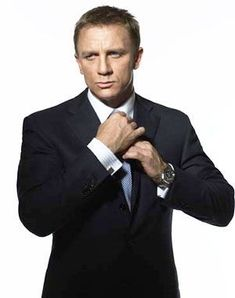 """El último Bond, el británico Daniel Craig. Al principio su elección no gustó demasiado pero cuando el público vio su primera película logró acallar críticas. Se estrenó en 2006 con """"Casino Royale"""", más tarde, en 2008 presentó """"Quantum of Solace"""".  La tercera entrega con Craig se estrenará el 31 de Octubre y se llamará """"Skyfall"""". El español Javier Bardem será el """"malo"""" encargado de enfrentarse a Bond, sin duda un duo mas que interesante."""