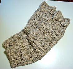 Funky stripes leg warmer pattern in solid color yarn. Free.
