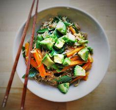 gebratener Reis mit Gemüse und Avocado-Topping