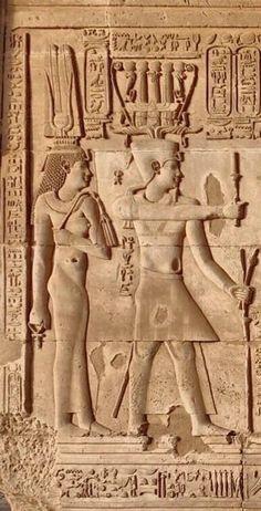Detalle del relieve representando a la reina CLEOPATRA II a la izquierda y el faraón PTOLOMEO VI a la derecha.