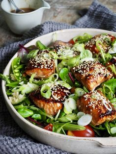 Asiatisk laks med salat og ingefærdressing Seafood Dishes, Fish And Seafood, Yummy Eats, Yummy Food, Cute Food Art, Main Meals, Salmon Burgers, Avocado Toast, Food And Drink