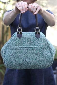 Learn how to sew a Mary Poppins carpet bag with piping! Thanks to Nicole from Nicole at Home for this wonderful tutorial.