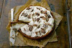 Banoffee Pie. Banoffee Pie on jälkiruoka vailla vertaa. Nimi kätkee sisälleen banaanin ja toffeen, kuten piirakkakin. Makea piiras hunnutetaan kahvilla maustetulla kermavaahdolla sekä sokerikuorrutteisilla pekaanipähkinöillä. http://www.valio.fi/reseptit/banoffee-pie-1/ #resepti #ruoka