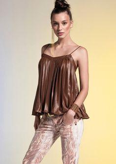 Blusa plissada REF.: 10000102037 calça sarja estampa exclusiva REF.: 10000200837 Brinco franjas de correntes REF.: 10000300739    https://www.facebook.com/romyschneider.roosevelt