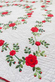 Flower quilts 3 ways + ruched flowers how-to - Daily Good Pin Applique Quilt Patterns, Rose Applique, Block Patterns, Antique Quilts, Vintage Quilts, Nancy Zieman, Quilt Boarders, Flower Quilts, Quilting Designs