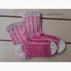 Lumioosi: Neulottu nirkkoreuna ja kerrosrivinousu Wool Socks, Knitting Socks, Craft Accessories, Kids, Crafts, Craft Ideas, Patterns, Fashion, Knit Socks