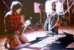 Вот как, оказывается, снимали жёлтые открывающие титры для Звёздных Войн. Именно снимали. Richard-Edlund-prepares-to-shoot-the-opening-crawl-for-Star-Wars.jpg (915×621)