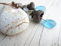 Gardiens Des Secrets : les boucles d'oreille ....: galets de plage en verre : un bleu lumineux et les clochettes artisanales : Boucles d'oreille par les-reves-de-minsy