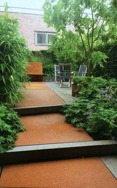 Corten staal als pad; heel stoer Small Gardens, Outdoor Gardens, Rooftop Pool, Garden Architecture, Corten Steel, Small Places, Green Grass, Dream Garden, Jacuzzi