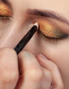 Trucos de maquillaje para agrandar tu mirada. - Ésika Perú Lipstick, Earrings, Beauty, Jewelry, Makeup Tricks, Fall Hair Colors, Applying Eyeliner, Skin Cream, Schmuck