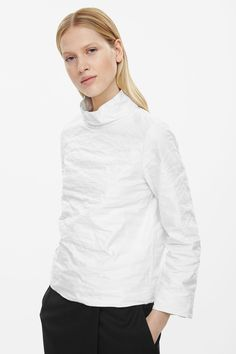 http://www.cosstores.com/pl/Women/New/Stand-up_collared_boxy_top/32993034-38274851.1