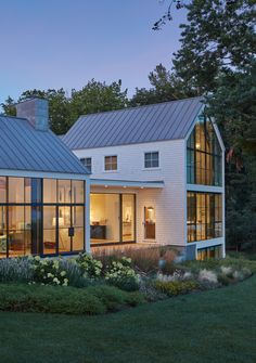 Style At Home, Modern Barn House, Long House, Dream House Exterior, House Exteriors, Modern Farmhouse Exterior, Residential Architecture, Architecture Details, Exterior Design