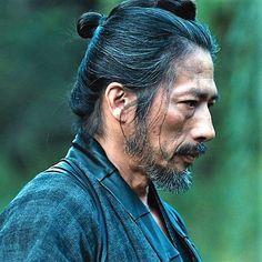 i haveto really watch the entire matrix movie again. Japanese Art Samurai, Japanese Warrior, Samurai Art, Samurai Warrior, Human Poses Reference, Face Reference, Japanese Face, The Last Samurai, Samurai Tattoo