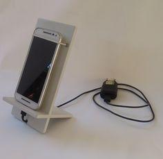 Suporte para carregar celular com lugar para guardar o carregador em MDF pintado de branco ou preto.