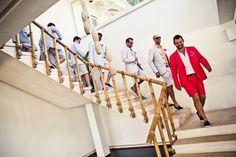 padrinos de boda bajando escaleras