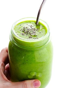 This Post-Workout Green Smoothie recipe is full of simple, delicious, and nutritious ingredients that will help replenish your energy after a good workout. paleo diet before and after Healthy Green Smoothies, Green Smoothie Recipes, Healthy Drinks, Healthy Snacks, Fitness Smoothies, Vegetable Smoothies, Stay Healthy, Smoothie King, Juice Smoothie