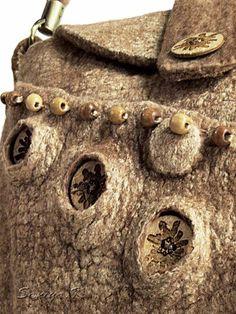 Новая сумочка сваляна из мериносовой шерсти и золотистого шелка муга...