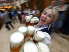 24 heures en images - Une serveuse lors de la Fête de la bière à Munich, le 20 septembre 2014.