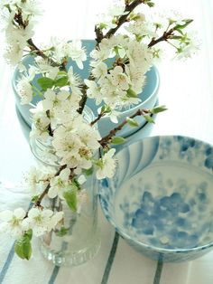 Love the soft mix of blue and white with a touch of green.