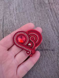 Brooches Handmade, Handmade Necklaces, Soutache Jewelry, Beaded Jewelry, Paula Ordovás, Soutache Tutorial, Plastic Canvas Tissue Boxes, Valentines Jewelry, Polymer Clay Charms