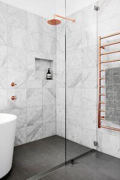 """Tendência em 2017 que tem conquistado cada vez mais lares : a tradição do mármore associada aos detalhes em """"gold rose"""" (no chuveiro nas torneiras e no porta toalha). Uma bela combinação do clássico com o moderno."""