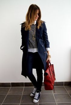 Classic trench coat outfit with layering Navy Trench Coat, Trench Coat Outfit, Trench Coats, Trench Coat Style, Cozy Winter Outfits, Fall Outfits, Casual Outfits, Skinny Jeans Negros, Jeans Skinny
