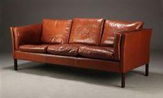 PRisvurdering Lauritz: 3650 NOK. Vare: 3901397Mogens Hansen. Tre-pers. sofa, mørkebrunt skind