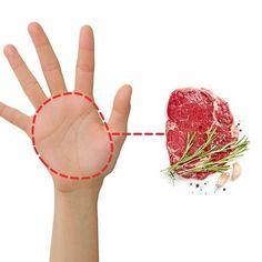 Voici une astuce pour maigrir que vous devez connaître si vous faites un régime. Si vous essayez de perdre du poids ? Voici une méthode géniale et ultra facile pour calculer les bonnes portions alimentaires à chaque coup. Grâce à cette astuce, fini de mesurer tous vos ingrédients avec une balance de cuisine ou un verre-mesure. Vous calculez toutes vos portions de nourriture en utilisant uniquement vos doigts, vos pouces et la paume de votre main. Regardez : Nutrition, Healthy Life, Fruit, Vegetables, Voici, Food, Simple, Losing Weight Tips, Food Portions