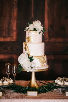 Wedding Cake with Gold Accents | Amy Cakes | Emerson Events | Sarah Libby Photography | The Hall at the Jailhouse | #wedding #bridesofok #weddinginspiration #cakes