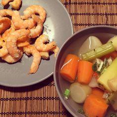 Sopa de verduras y gambas con ajo en polvo.