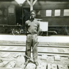 """A young Hank Aaron at a train station ready to play for the Negro Leagues Indianapolis Clowns Famous Historical Figures, Historical Pictures, Negro League Baseball, Hank Aaron, Nationals Baseball, Baseball Players, Football, Hometown Heroes, Today In History"
