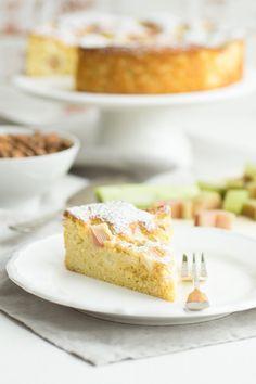Ganz einfaches Rezept für einen leckeren und fluffigen Low Carb Rhabarberkuchen - perfekt zur Kaffeestunde und bei glutenfreier Ernährung