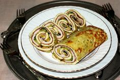 Il rotolo di frittata al pesto con zucchine e fesa di tacchino arrosto è perfetto sia come aperitivo che come cena. Molto bello da vedere su tavole imbandi