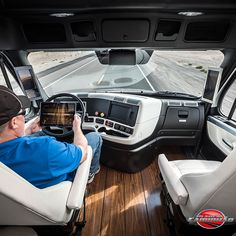 FOTOS 1° CAMINHÃO AUTÔNOMO LICENCIADO DO MUNDO: Freightliner Inspiration Truck. A tecnologia do futuro que já está rodando pelas estradas! Este protótipo da Daimler já está licenciado para circular pelo estado de Nevada nos Estados Unidos.