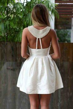 Bordados com pérolas estão em alta, e nesse vestido o bordado dá um charme a mais no detalhe das costas.