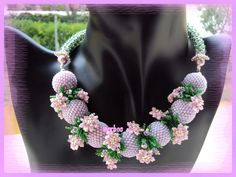 Da uno schema della bravissima Smartina ecco una collana con beaded bead color lilla e fiorellini rosa.  In realtà era nato come bracciale...