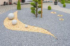 Vorgartengestaltung aus unterschiedlichen Schottersteinen